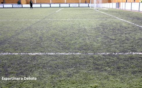 Detalle de las líneas en el campo de fútbol municipal de Espartinas. Imagen: 'Espartinas a Debate'.