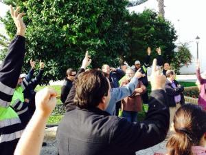 Los trabajadores votan en la asamblea celebrada en la puerta del Ayuntamiento de Espartinas.  Imagen: Espartinas a Debate.