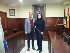 Olga Hervás junto a Javier Millán tras convertirse en alcaldesa de Espartinas. Imagen: Espartinas a Debate.